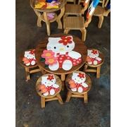 ลายคิตตี้ ถือช่อดอกไม้ รุ่นไม่มีพนักพิง โต๊ะ ขนาด 18*20 นิ้ว จำนวน 1 ตัว เก้าอี้ ขนาด 10*10 นิ้ว จำนวน 4 ตัว ผลิตจากไม้จามจุรีแท้ ไม่ใช่ไม้อัด รับน้ำห