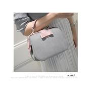 กระเป๋าสะพายผู้หญิง ขนาดพอเหมาะ เล่นสีทูโทนตัดกับตัวกระเป๋าได้เก๋จริงๆ > กระเป๋าสะพายผู้หญิง ขนาดพอเหมาะ เล่นสีทูโทน - ขาวเทา