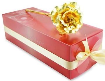 ดอกกุหลาบฟอยล์สีทองกับแจกันคริสตัล