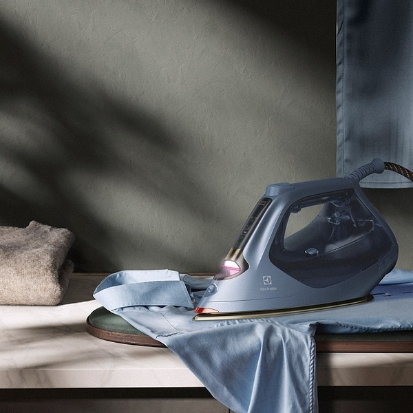 (electrolux)Electrolux high-efficiency anti-wrinkle intelligent temperature control steam iron (E8SI1-80BM)