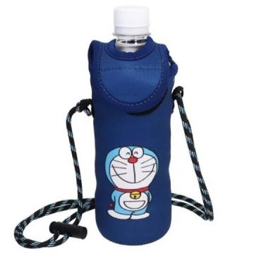小禮堂 哆啦A夢 潛水布斜背寶特瓶套 水壺袋 環保杯袋 500ml (深藍 50週年)